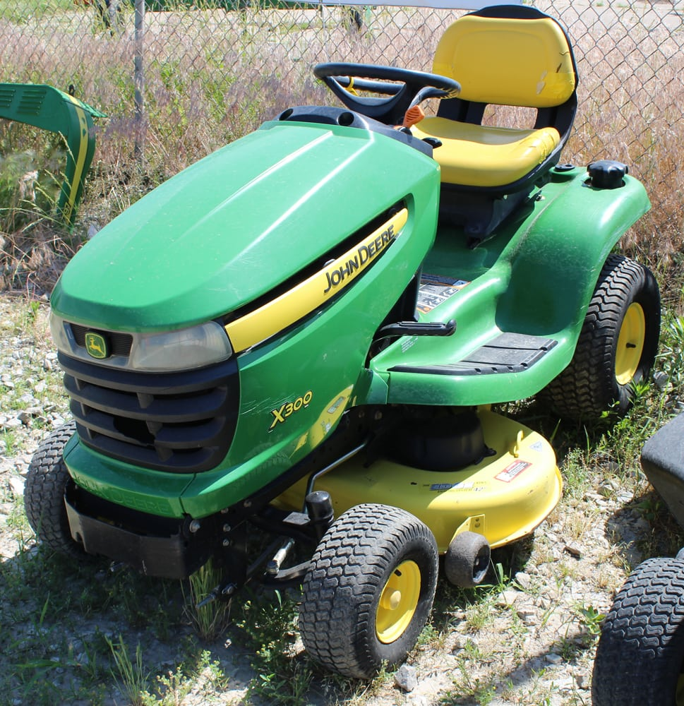 john deere x300 riding lawn mower t h e company. Black Bedroom Furniture Sets. Home Design Ideas